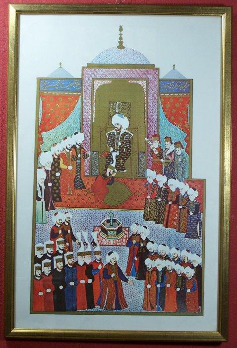 - Reproduktion einer farbigen und goldgehöhten, islamischen Darstellung eines Kalifen, umgeben vom Hofstaat. Im  verglasten Goldleistenrahmen.