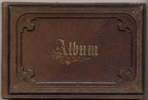 - Frendschaftsalbum der Marie Meyder aus Köslin. Mit 21 Texten und 8 montierten, kleinen Oblatenbildchen.